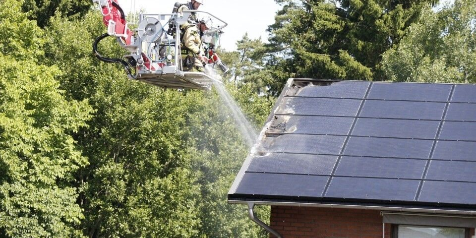 Figur 2. Brand solceller utanfö Borås. Bild: Borås Tidning 27 juni 2018.